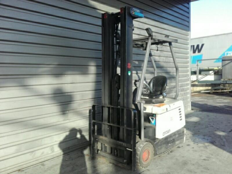 Three wheel counterbalanced forklift Crown SC4220-1,6 - 1