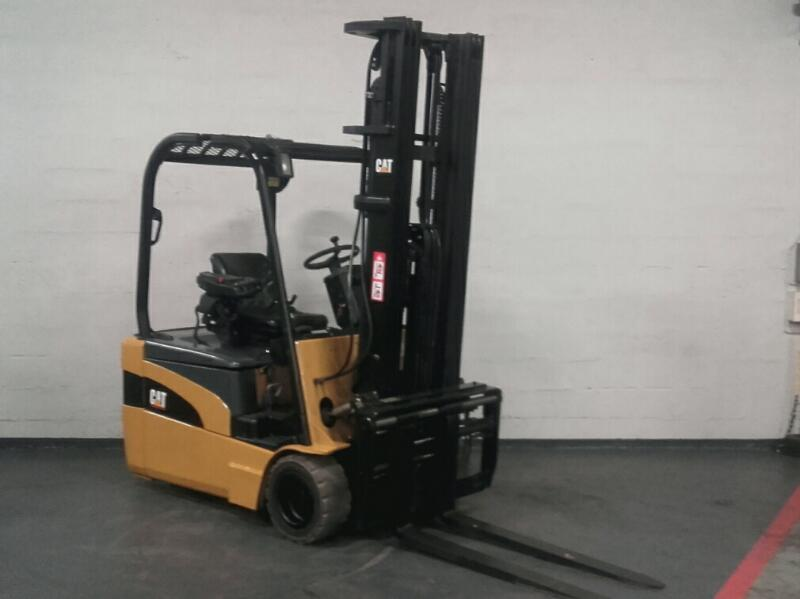 Three wheel counterbalanced forklift Caterpillar EP20NT - 1