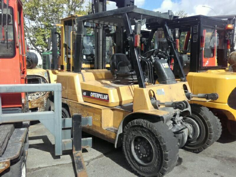 Four wheel front forklift Caterpillar DP40KL - 1