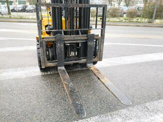 Four wheel counterbalanced forklift Caterpillar GP30N - 6