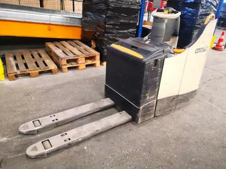 Electric pallet truck Crown WT3040 - 4