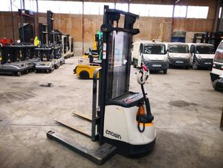 Straddle stacker Crown SX3000 - 1