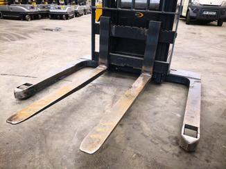 Straddle stacker Crown SX3000 - 8