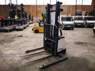 Straddle stacker Crown SX3000 - 5