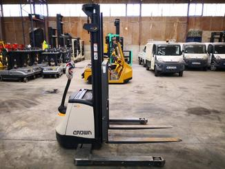 Straddle stacker Crown SX3000 - 4