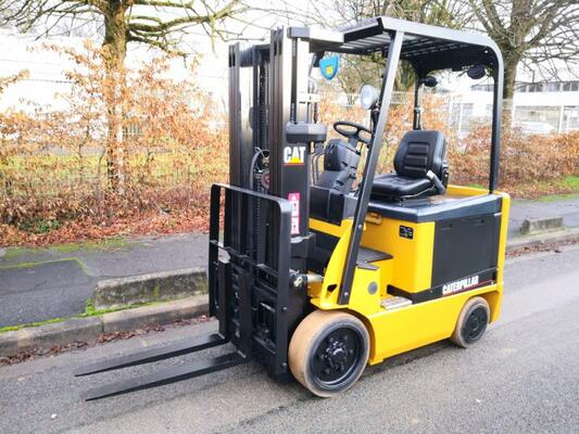 Four wheel front forklift Caterpillar EC25N - 1