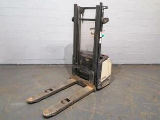 Pedestrian pallet stacker Crown WF3000 - 5