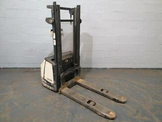 Pedestrian pallet stacker Crown WF3000 - 7