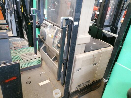Man-up order picker Crown SP3011 - 1